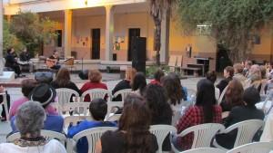 Sofía Ascárate cantando en el Patio del Museo