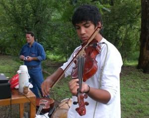 Violinista que embelleció con su música la misa y la fiesta